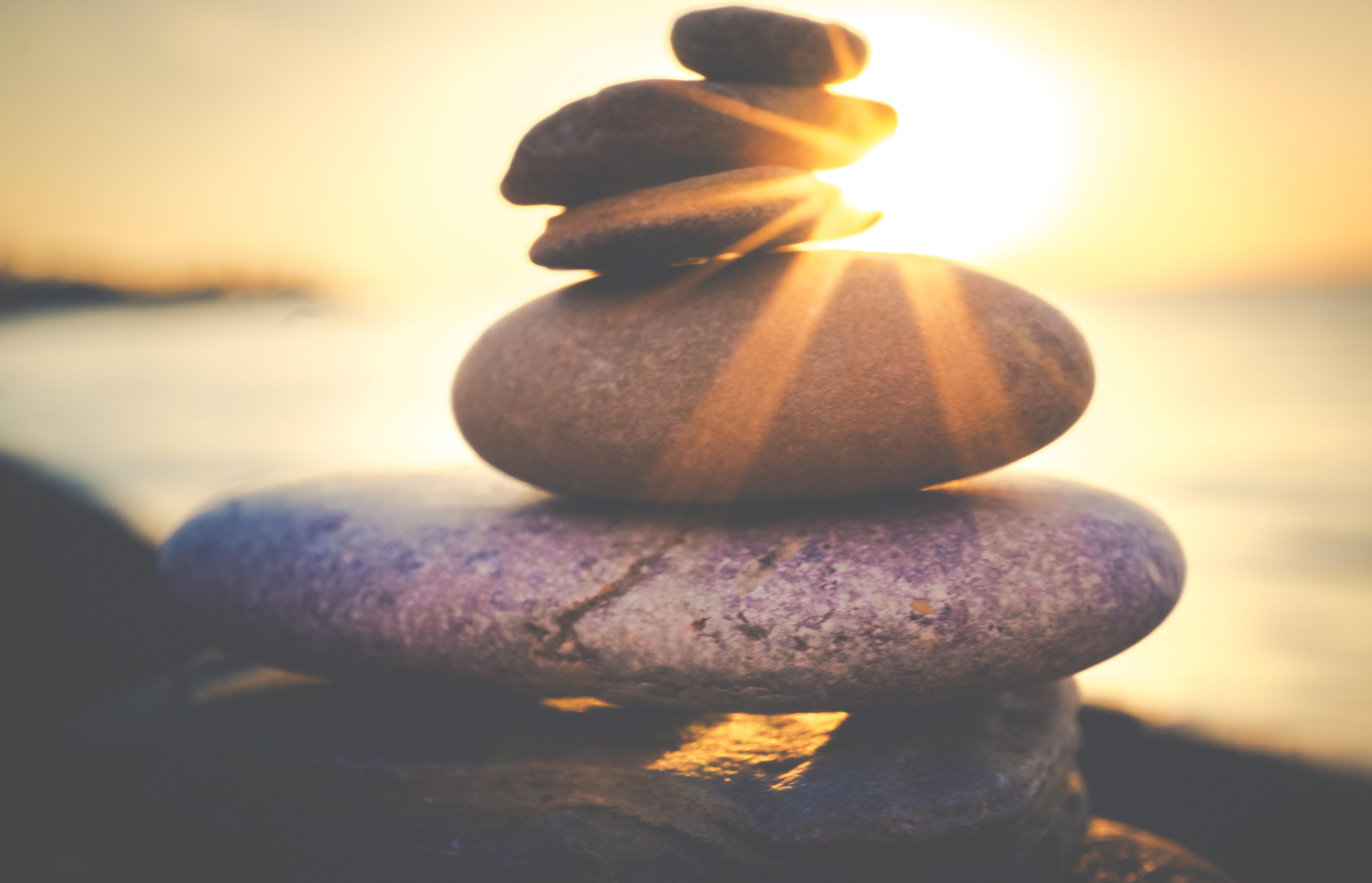 Balance Steine vor einem Sonnenuntergang