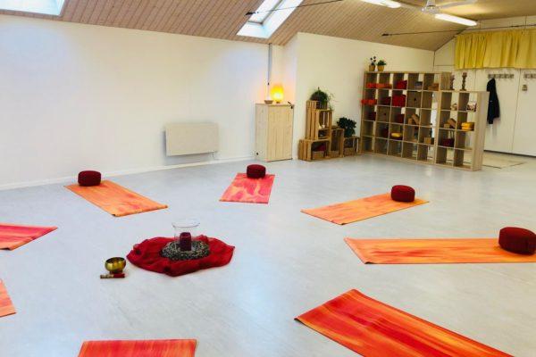 Yoga-Studio, Yogamatten am Boden mit Blick auf die Kleiderecke.
